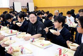 杉本シェフと食事を楽しむ生徒たち(京都府福知山市天田・南陵中)