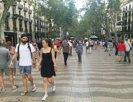観光客らが行き交うスペイン・バルセロナのランブラス通り=15日(共同)
