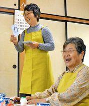 「黒田ほのぼのサロン」で笑顔を見せる足達節子さん(左)と小林稔子さん