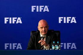 コロンビアでの理事会後、記者会見に臨むFIFAのインファンティノ会長=16日、ボゴタ(ロイター=共同)