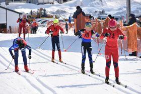 雪上でしのぎを削る選手