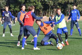 初日から積極的に汗を流す徳島の選手=宮崎市の宮崎県総合運動公園ラグビー場