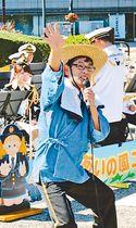 県庁前公園で開かれた県警音楽隊のコンサートで、「山田のじいちゃん」として特殊詐欺被害防止をコミカルに訴える山田巡査部長=昨年10月