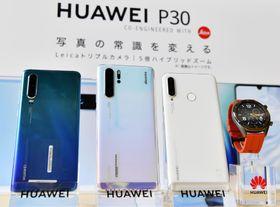 スマートフォン「ファーウェイ P30 プロ」(左から二つ目)などの新製品=21日、東京都内