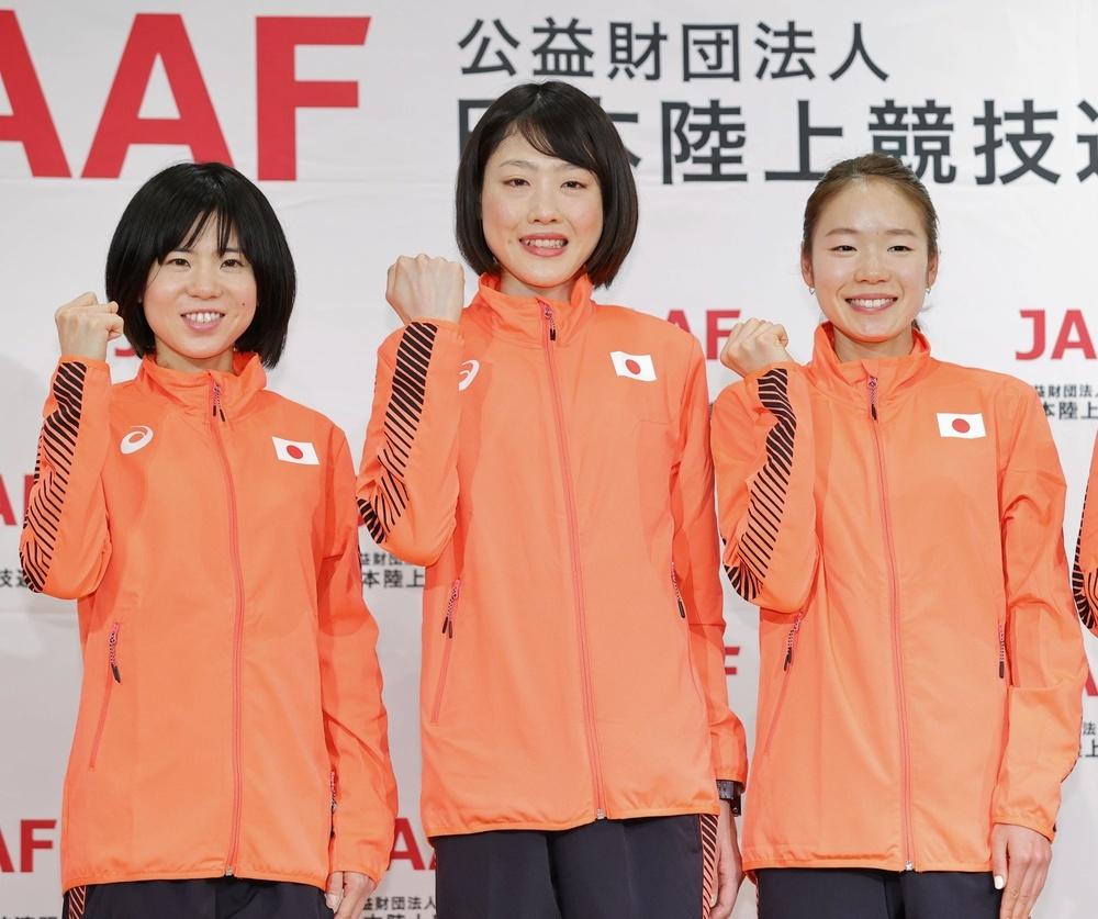 マラソンの東京五輪女子代表に決定し、記者会見でポーズをとる(左から)鈴木亜由子、前田穂南、一山麻緒=3月12日、福島県郡山