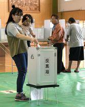 衆院沖縄3区補欠選挙で投票する有権者=21日午前、沖縄県沖縄市