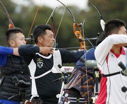 東京五輪代表1次選考会で的を狙う山本博(左から2人目)=夢の島公園アーチェリー場