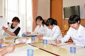 中村典子さん(左)から食物アレルギーの現状について学ぶ生徒