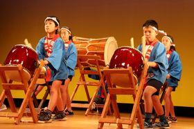 力強いバチさばきを披露する子どもたち=島原市、有明総合文化会館