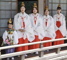 「青葉まつり」を前に、お披露目された「稚児大師」と「青葉娘」=22日、和歌山県高野町