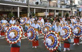 「鳥取しゃんしゃん祭」の「一斉傘踊り」=14日午後、鳥取市