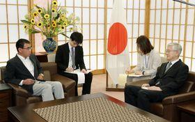 南官杓駐日韓国大使(右)を外務省に呼び、抗議する河野外相=19日午前