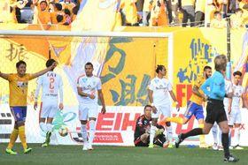 仙台―清水 後半3分、仙台に2点目を許し肩を落とす清水イレブン=仙台・ユアスタ