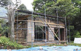 老朽化が目立つ鈴木屋敷=14日、和歌山県海南市で
