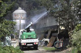 17日、韓国・大田市の養豚場の周辺で行われた消毒作業(聯合=共同)