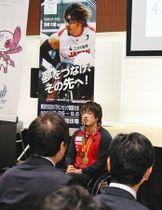 トークショーで「パラスポーツは見て体験して気づくことがあるはず」と語る池崎選手=いずれも渋谷区役所で