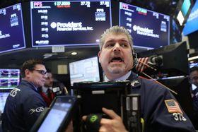 ニューヨーク証券取引所のトレーダーたち=17日(ゲッティ=共同)