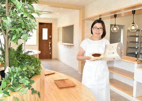 【12月にオープン予定の新店舗でバスクチーズケーキを紹介する西川さん=度会町大野木の「お菓子のじかん RUCIEN」で】