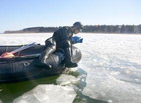 米軍のF16戦闘機が燃料タンクを投棄した小川原湖で、調査をする海上自衛隊の隊員=22日、青森県東北町(海自大湊地方総監部提供)