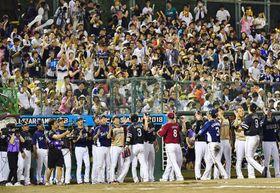 熊本で初開催されたオールスター戦で勝利し、試合後ハイタッチする全パの選手たち=14日、熊本市のリブワーク藤崎台球場(小野宏明)