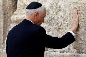 23日、エルサレム旧市街の「嘆きの壁」に手をつく米国のペンス副大統領(ロイター=共同)