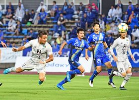 前半、ヘディングで先制ゴールを決める福岡・松田(左端)