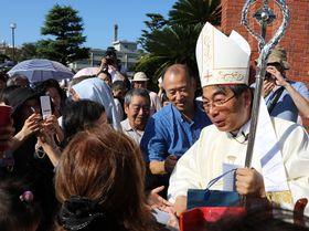 叙階式後、信者らと喜びを分かち合う中村補佐司教(右)=長崎市、浦上天主堂