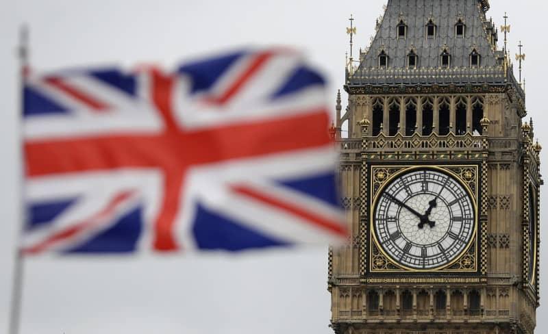 ロンドンの「ビッグベン」と英国旗=ロンドン(AP=共同)