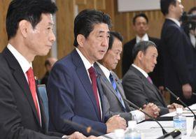 経済財政諮問会議であいさつする安倍首相(左から2人目)=5日午後、首相官邸