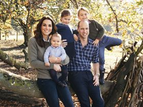 英中部ノーフォーク州で撮影されたウィリアム王子(右)の家族5人の写真(Matt Porteous氏・ケンジントン宮殿提供・AP=共同)