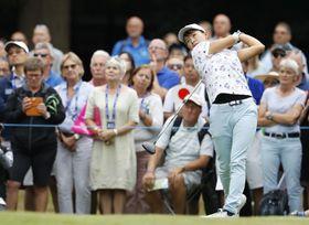 全英女子ゴルフでティーショットを放つ渋野日向子=2019年8月、ウォバーンGC