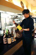 フロマジュリーピノ広島で預かった日本酒を持つ木村さん