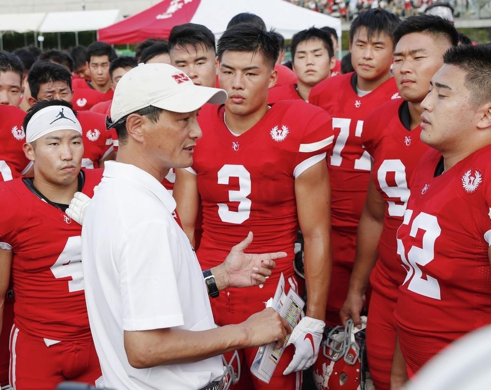 関東大学リーグ1部BIG8からの再出発となった2019年秋季リーグの開幕戦で学生に話しかける日大の橋詰功監督