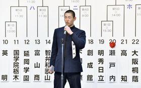 選抜高校野球大会の選手宣誓に決まり、意気込みを語る瀬戸内の新保利於主将=16日午前、大阪市