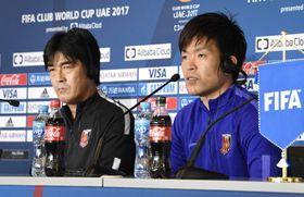 記者会見する浦和のGK西川(右)と堀監督=11日、アルアイン(共同)