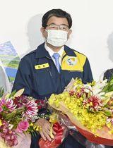 岐阜県知事選で5選を決め、花束を手にする古田肇氏=24日夜、岐阜市