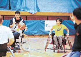野口さん(右から2人目)と車いすバスケットボールを体験する参加者