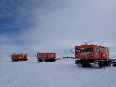 雪上車3台に分乗して到着したとっつき岬