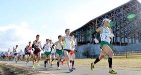 柔らかな日差しの中、スタートを切った1区の選手=9日、松山中央公園周辺
