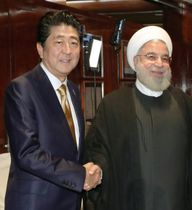 昨年9月、ニューヨークでイランのロウハニ大統領(右)と会談、握手を交わす安倍首相(共同)
