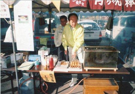 ■2001年11月の「中濃農業祭」で販売される円ちゃん棒。イベントで販売すれば売り切れになる人気だったという=関市役所提供