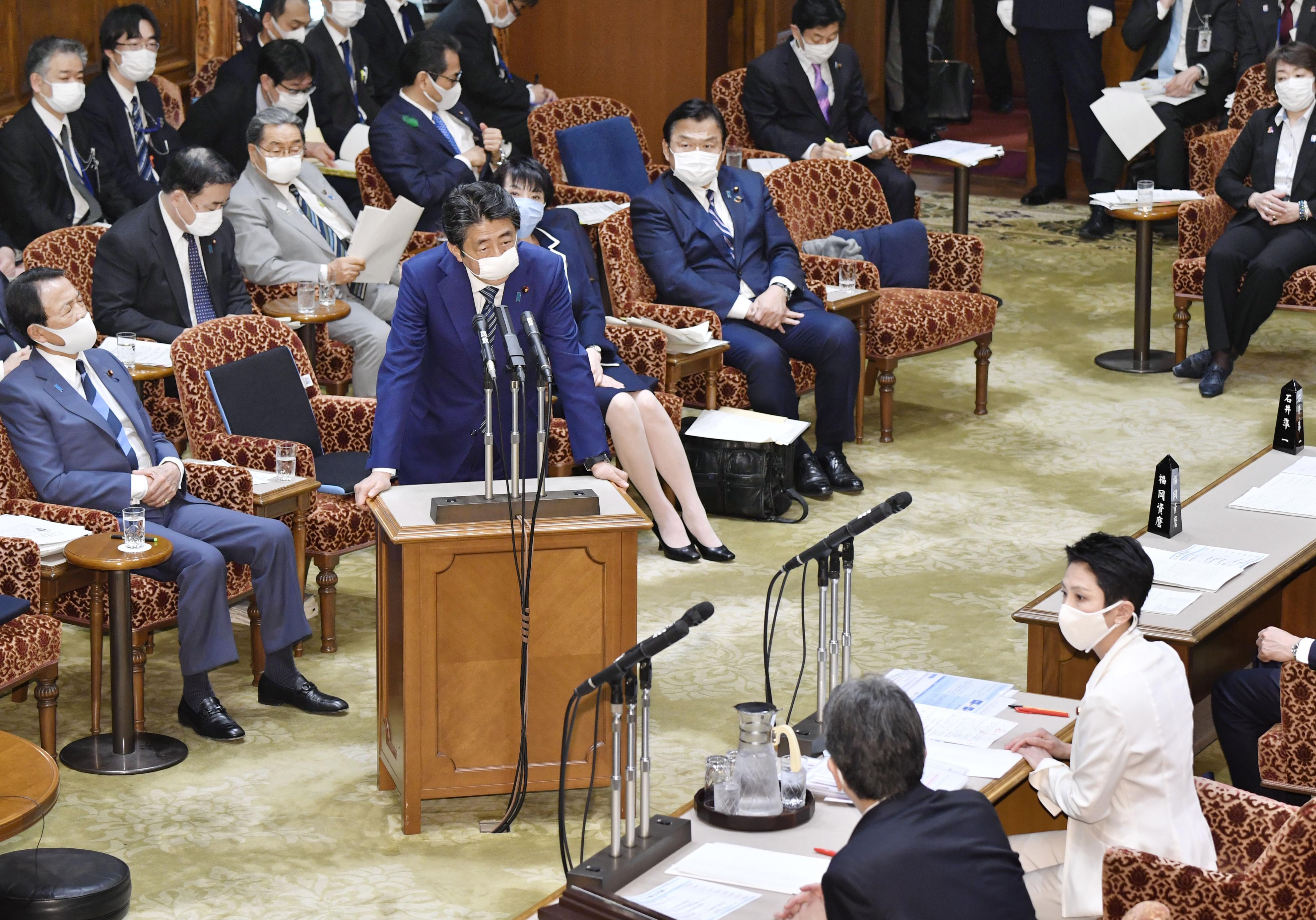 参院予算委で立憲民主党の蓮舫氏(右下)の質問に答える安倍首相=29日午後