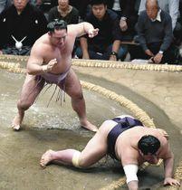 琴恵光(左)が引き落としで阿武咲を破る