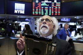 ニューヨーク証券取引所のトレーダー=13日(AP=共同)