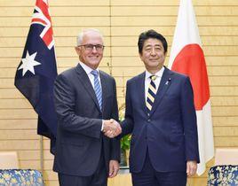 会談を前に握手を交わすオーストラリアのターンブル首相(左)と安倍首相=18日午後、首相官邸