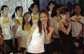 沖縄サミットの歓迎レセプションで、安室奈美恵さん(中央)と一緒に歌う浦添少年少女合唱団のメンバー=2000年7月22日、那覇市・ホテル日航那覇グランドキャッスル