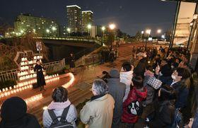 兵庫県宝塚市で開かれた阪神大震災の追悼行事=16日夕