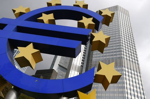 単一通貨ユーロのマークをかたどった構造物(ロイター=共同)