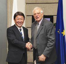 会談前、欧州連合(EU)のボレル外交安全保障上級代表(右)と握手する茂木外相=15日、マドリード(共同)