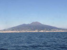 イタリア南部のベズビオ火山(共同)